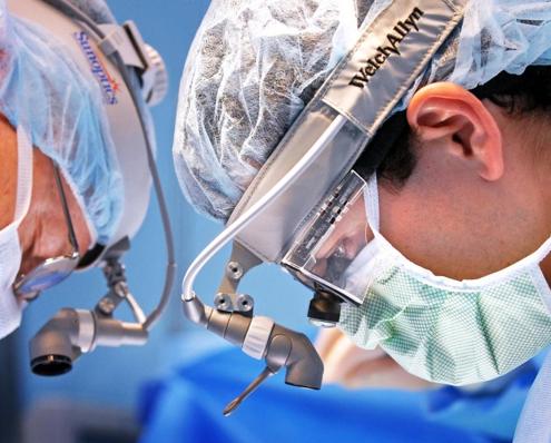 مرحله اول- بیهوش کردن بیمار و ایجاد برش های لازم بر روی شکم بیمار برای انجام جراحی